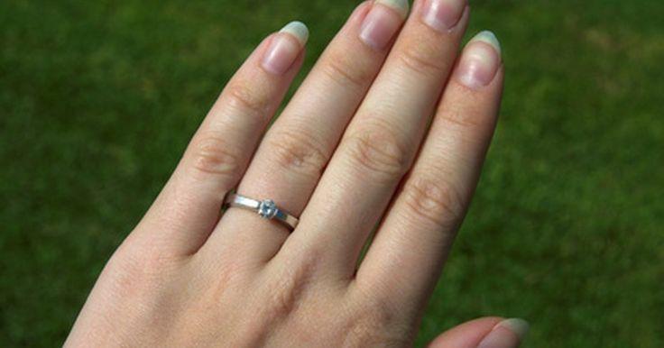 Cómo medir tu dedo para ver la talla de anillo que usas. Si no estás seguro acerca del tamaño de un anillo que usas para un determinado dedo, no debes adivinar. Un anillo debería ajustarse cómodamente y salir con relativa facilidad, sin tener que usar jabón o retorcerlo y tirar. El método más seguro para determinar el tamaño de un anillo es solicitarle a un joyero que tome la medida. Sin embargo, si has ...