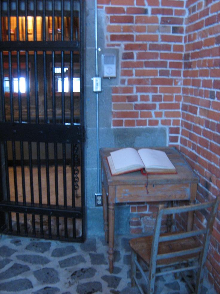 Dans cette ancienne cellule de prison est enfermé un bien précieux de la Citadelle de Québec : son livre d'or. Depuis 1955, le livre d'or recueille les signatures de ses plus éminents visiteurs. On y retrouve entre autres la signature de la reine Élisabeth II de passage à la Citadelle en octobre 1964. Par: Catherine St-André