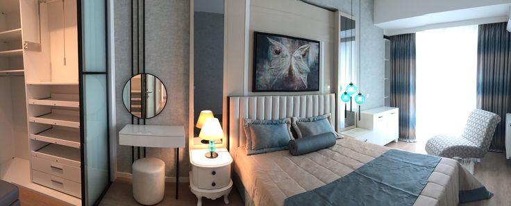 #modern yatak odası #şık #özel tasarım #soyunma odası #ferah #rahat #avize modelleri #ışık bandı #lake yatak başı #beyaz yatak başı #turkuaz yatak örtüsü #etajer #abajur #yatak odası tablo #uzanma koltuğu #makyaj masası