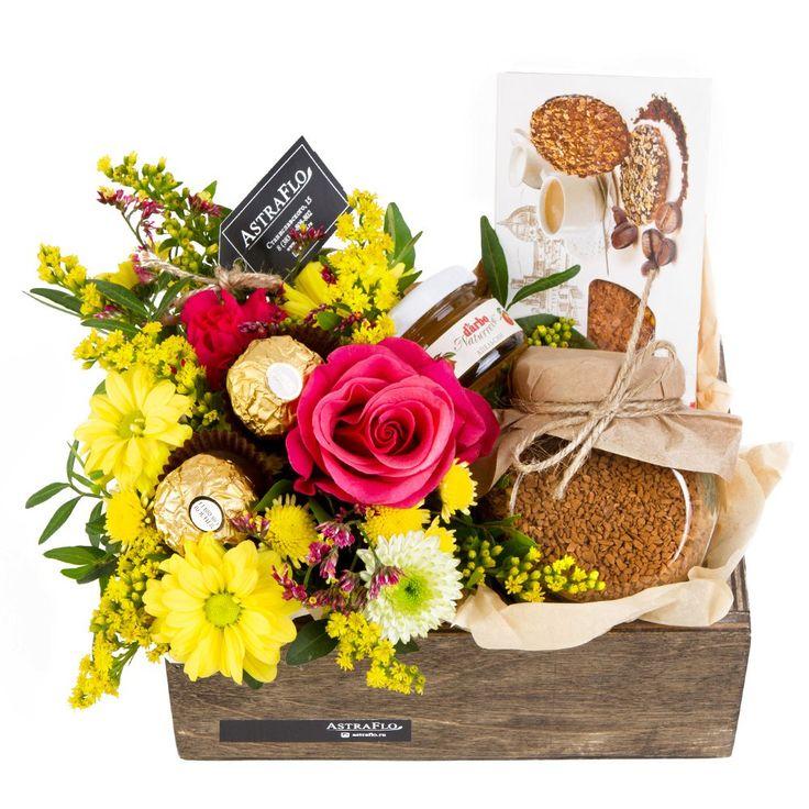 Подарочный набор 1 650 руб.  Отличный праздничный подарок — например, на 8 марта  СОСТАВ: роза 1 хризантема кустовая 1 солидаго 1 гвоздика кустовая 1 лиммониум 1 фисташка 1 оазис 1 сублимированный кофе в стеклянной баночке печенье джем тишью ящик деревянный 1
