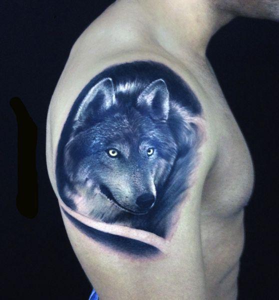 tatuaże wilki na ramieniu