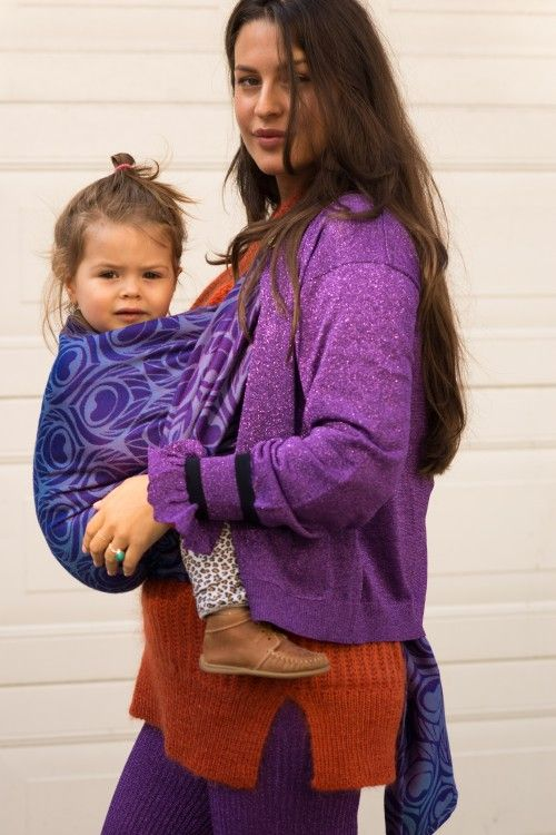 Artipoppe Argus Harvard.If you prefer to have just one wrap, you should definitely consider this. Our signature changeant colorchanging effect in an easygoing merino and mulberry silk blend. Not just regular merino, but the highest quality from New Zealand. #babywearing #romyboomsma #artipoppe #motherhood #giftformom #babyshowergift #newmommusthave