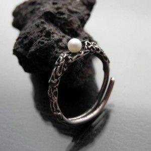 Srebrny pierścionek z perłą - od Rękami Stworzone (Iwona Tamborska)