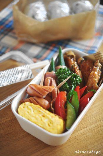わかめおにぎり 名古屋風手羽中 出汁巻き玉子 パプリカとキュウリの中華炒め ウインナー おくらのベーコン巻き