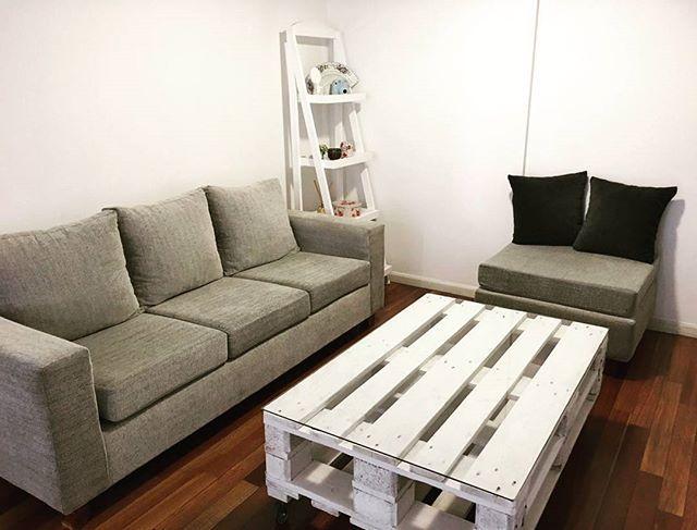 Un mesa ratona de #palets entregada!con vidrio y ruedas con freno para que sea fácil de mover!! Muy práctica y encajando muy bien en la decoración! Muchas gracias por la confianza!! . . . #mueblesconpalets #reciclaje #pallet #repurposedwood #decoracion#white #wood #palletCoffeeTable #mesaRatona #recycle #madera #deco #ituzaingo #BuenosAires