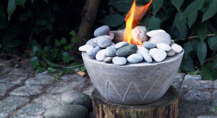 Une source de lumière et de chaleur pour votre terrasse ? Voici une superbe idée détaillée pour éclairer et réchauffer vos soirées en extérieur ! Matériel Un sac de béton fin prêt à ...