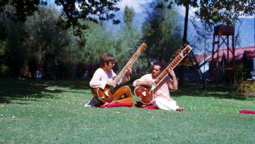 """George Harrison e Ravi Shankar giocando sitar, India, settembre / ottobre 1966;  Fotografia per gentile concessione di © e The Harrison famiglia.  """"""""Quando sono andato in India, ho avuto il desiderio di conoscere la yogi.  Così è stato come un interesse parallelo per me: musica indiana ..."""