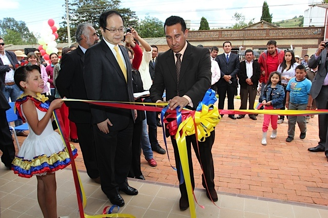 Embajador de Japón y Alcalde de Toca inauguran biblioteca / Crédito @Milton Ramírez (@FOTOMILTON) Mincultura 2012