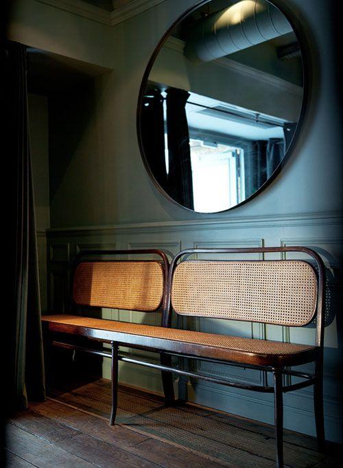 Dimore, spegel, bänk, väggfärg.