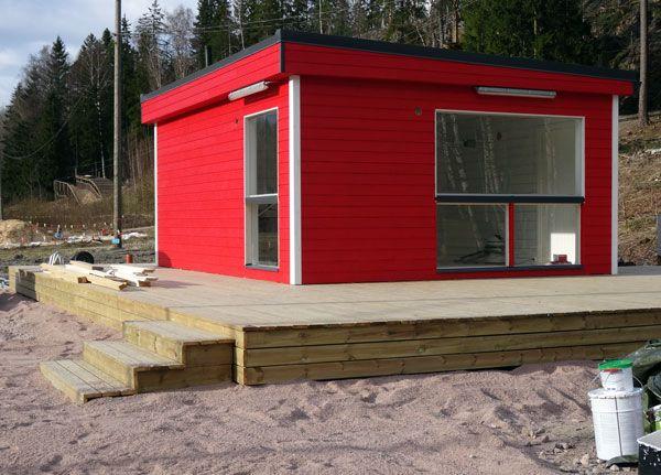 Huipun lipunmyyntikioski sai pintaan kauniin punaisen värin! Kiitos Kari K. Niinisalo Oy:stä.