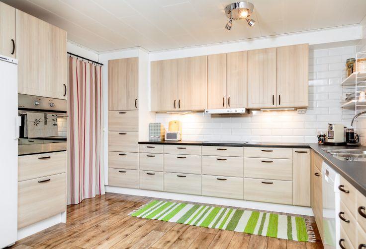 En öppen planlösning med många lådor är smart i köket.