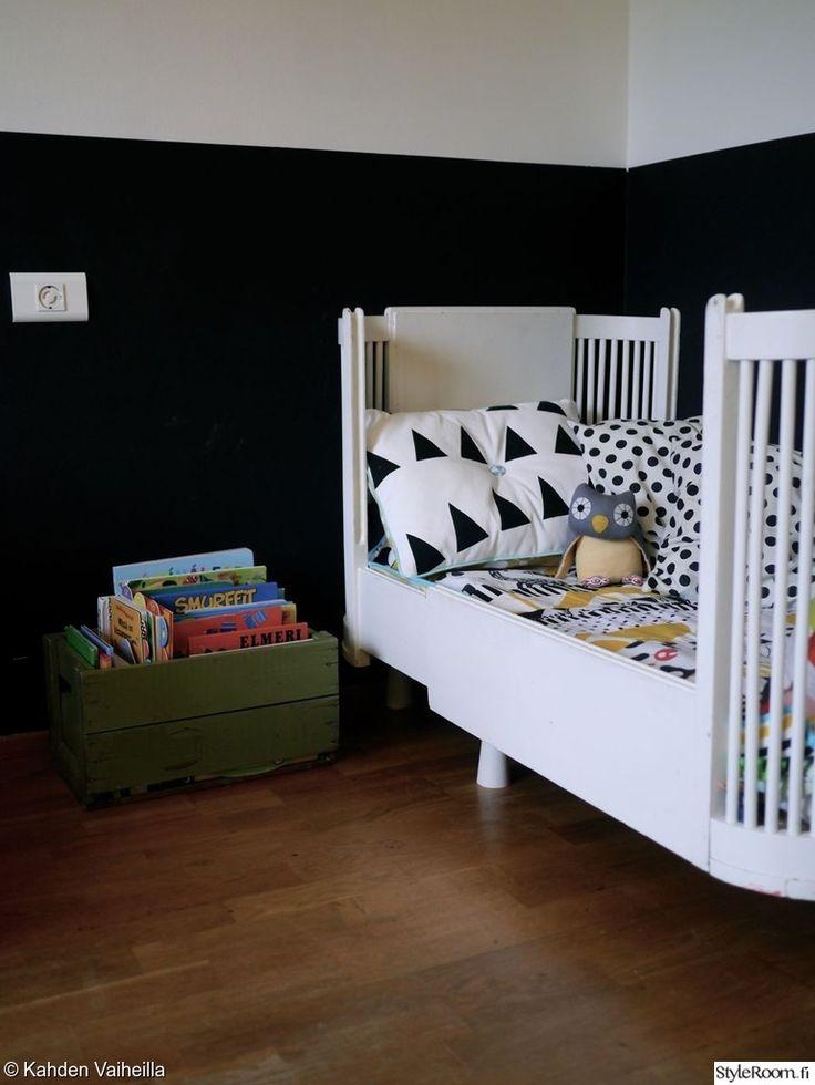 """Sängyn vieressä olevasta korista voi helposti napata iltalukemiset. Täällä asuu: """"kahdenvaiheilla"""" #styleroom #inspiroivakoti #lastenhuone #puukori"""
