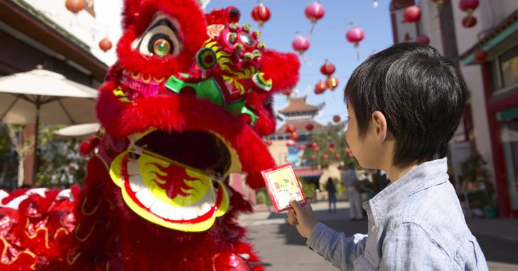 Como fazer dragões chineses para crianças. Os chineses usam dragões para simbolizar os imperadores há séculos. Os dragões são respeitados pelo povo chinês. O Ano Novo chinês e outras celebrações costumam contar com decorações, fantasias e carros alegóricos de dragões, dessa forma as crianças conseguem compreender que um dragão não é sempre uma criatura assustadora. Assim como os chineses ...
