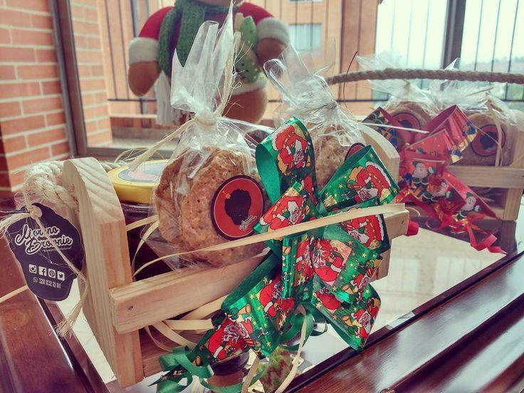 Llegaron las mini anchetas para esos seres queridos Contiene - 1 bonchi ( brownie en trocitos con Nutella y salsa de Mora - Tres brownies en forma de arbolitos de Navidad con topping de M&M - Dos paquetes con cuatro galletas de avena cada uno - Un ponqué de Zanahoria.