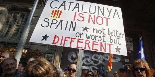 """Le Monde: Démonstration de force de l'indépendantisme catalan, dopé par la crise. Dans les rues de Barcelone coupées à la circulation, impossible de se frayer un chemin. Familles avec enfants, étudiants et retraités, chefs d'entreprise et chômeurs forment une foule compacte, venue des quatre coins de la Catalogne dans des bus affrétés pour l'occasion, agiter des drapeaux rouge et jaune et clamer son souhait de construire un Etat indépendant pour le """"peuple catalan""""."""