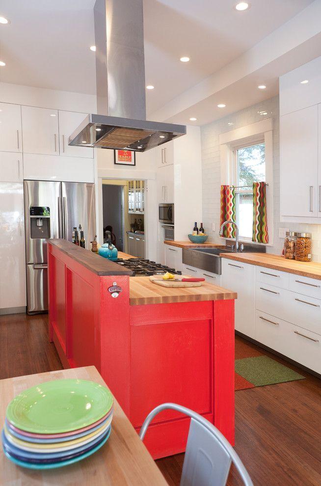 Короткие шторы на кухню: 75+ утонченных интерьерных решений для кухни и столовой зоны http://happymodern.ru/shtory-na-kuxnyu-korotkie/ Яркие шторы с геометрическим принтом – акцент на современной кухне, удачно сочетающийся с фасадом кухонного острова насыщенного цвета и разноцветной посудой