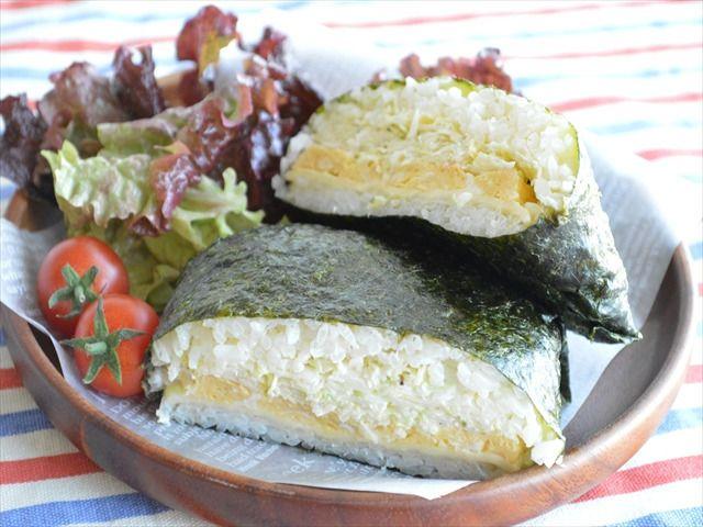 今や、InstagramやTwitterで話題の「沼サン」。これはキャベツたっぷりで とっても美味しいサンドイッチ♪こんなに美味しいのだから、ご飯との相性もいいハズ!そこで、「沼サンのおにぎらず」を作ってみました~♪ 思った通りに 美味しい♪中に入れる具は、キャベツはもちろん!卵焼きとチーズをIN♪