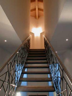 """Genial: Treppe aus Stahl geschweißt mit Stufen aus Sandstein, Geländer als filigrane """"Schmitzstruktur"""""""