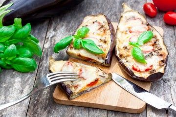 Zapekaný baklažán posypaný mozzarellou