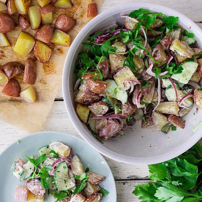 Kartoffelsalat mal anders - mit leicht angerösteten Kartoffeln aus dem Backofen und einem Dressing, in dem man die Mayonnaise keine Sekunde vermisst. Eine Variante, die definitiv das Zeug zu einem neuen Klassiker hat.