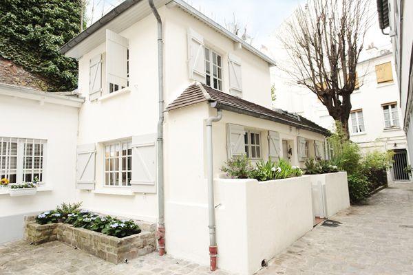 {Maison Montmartre} tiny semi-detatched house to rent via perfectlyparis.com - so adorable!White Houses, Paris Airbnb, Vintage Paris, Tiny House, 10 Paris, Quaint Maison, Bedrooms House, Cottages Living, Airbnb Rental