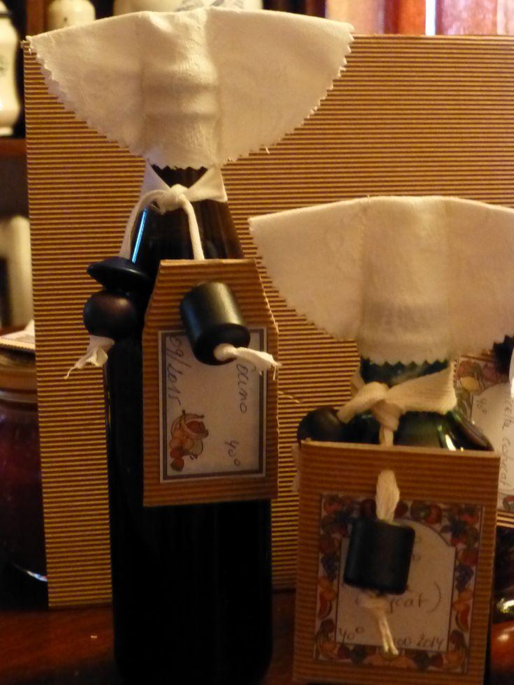 bottiglie di liquore fatto in casa decorate con nastro perle e cappello...