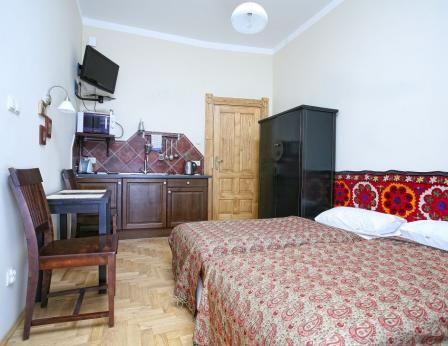 due letti singoli (o un letto matrimoniale, se collegato), allegato cucina completamente attrezzata con forno a microonde, tostapane, frigorifero, tavolo da pranzo