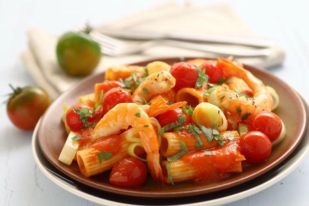Maccheroni ai pomidorini, porro e gamberi