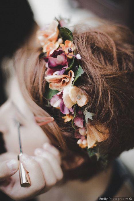Corone di fiori per un look sposa bohémien e acconciatura raccolta
