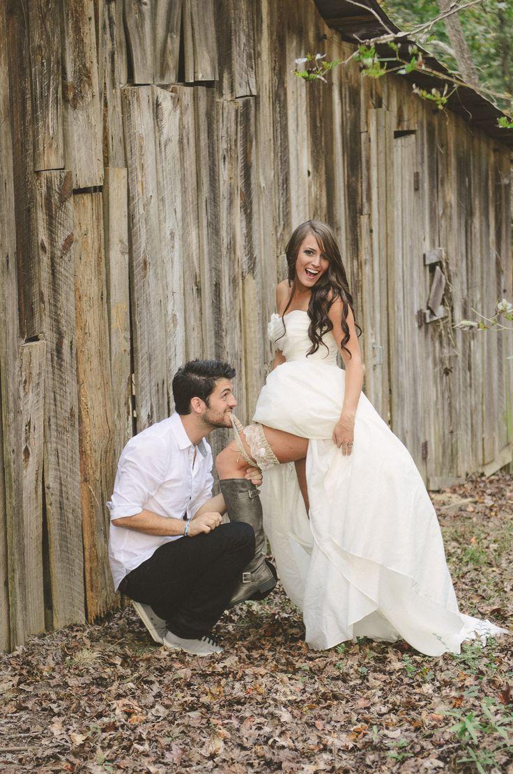Our Barn Wedding Photography Rustic Bride And Groom Garter Pose Bryllupsbilder Pinterest Panna Młoda Ślub I Panny Młode
