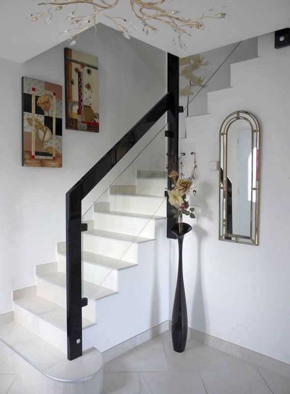 Garde-corps sur escalier béton, bois laqué et vitrage feuilleté