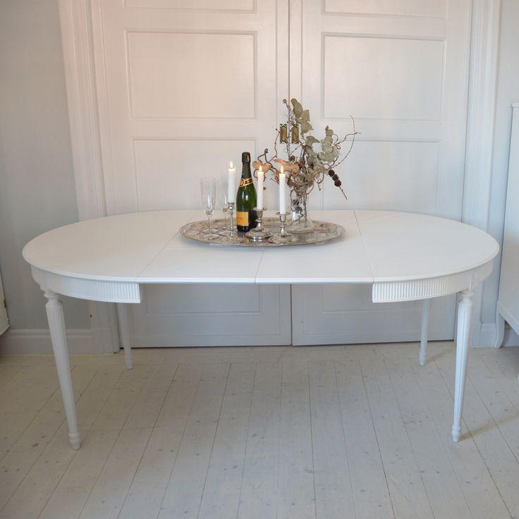 Elegant matbord i Gustaviansk stil med två iläggsskivor