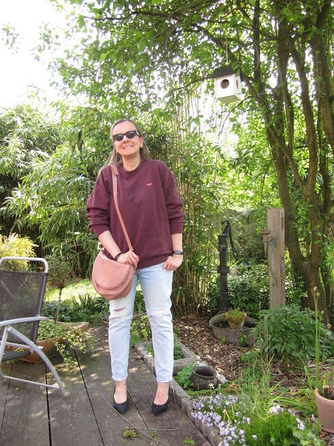 Fashion translated: Outfit: Levi's sweater jeans pumps See by Chloe bag