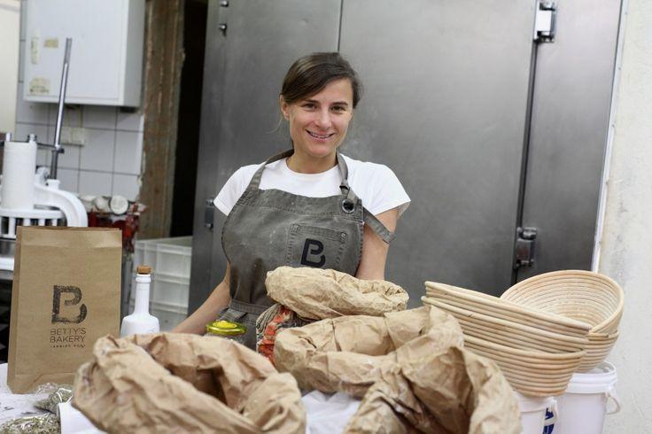 Το Betty's Bakery είναι μικρή βιοτεχνία αγάπης που παρασκευάζει χειροποίητο ψωμί αποκλειστικά από οργανικό αλεύρι και τα διανέμει με ποδήλατο σε όλη την πόλη.