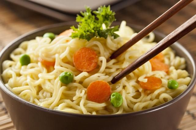 Przepisy kulinarne: 3 sposoby na wykorzystanie makaronu z zupki chińskiej #kuchnia #zupa #przepis