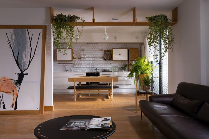 Вам интересно как в этой квартире, площадью 124 кв.м. отражены тренды дизайна интерьера 2016 года?  Для начала направляем взгляд в зону кухни. Там живые растения. Их много. Это тренд✔  Смотрим чуть ближе. Слева располагается картина с оленем. Тренд✔  Обращаем внимание на мебель и детали отделки. Много дерева или его имитации: рама для картинки, столешница, кухонные шкафчики, вазоны для цветов. Тренд✔