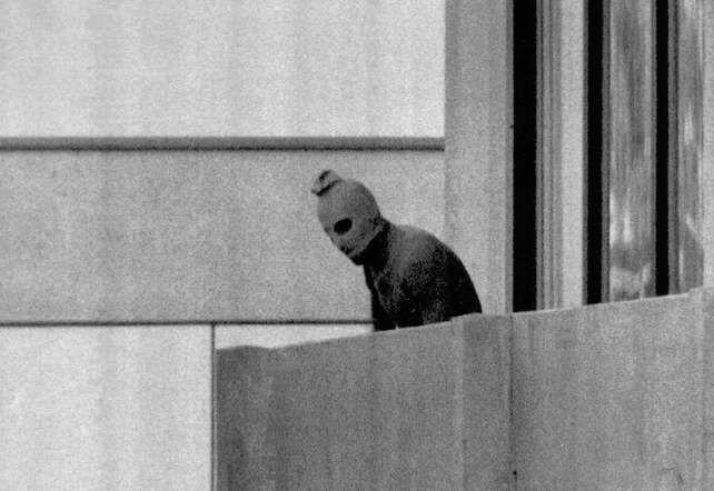 La masacre de Múnich se refiere al secuestro y posterior asesinato de once miembros del equipo olímpico israelí, realizado por un grupo terrorista palestino durante los Juegos Olímpicos de Verano de 1972, celebrados en Múnich, Alemania Occidental.  Olympic hostage siege (1972) - AP Images