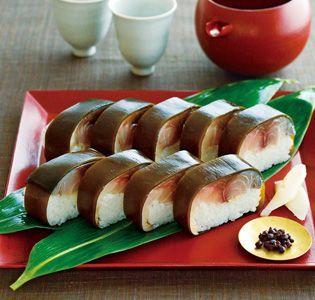 脂ののった鯖と酢飯が口の中で渾然一体に [笹一]鯖棒寿司 紀州和歌山の旬を料理に映す、日本料理店「笹一」。もとは寿司専門店として創業しただけあり、地元の魚の目利きや酢飯のおいしさには定評があります。近海物の真鯖を塩と米酢で締め、柔らかな昆布で巻いた鯖寿司は、「笹一」の伝統の技を集約させた自慢のひと品。冷凍で届きますが、米が固く締まりすぎないように、竹皮を開いて20℃以上の室温で解凍するのが最大のポイント。脂ののった鯖の旨みと甘酸っぱい酢飯が、口の中で渾然一体となった鯖寿司の醍醐味を、存分に味わってください。和歌山県産の実山椒の佃煮と甘酢生姜が付いてくるのも嬉しい。