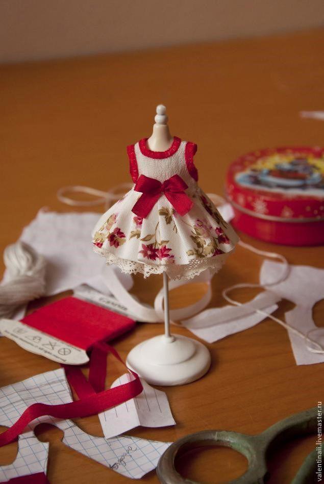 Tutorial para aprender como hacer bonitos vestidos para muñecas de todo tipo, tan solo tienes que modificar el tamaño del patrón según las medidas de la muñeca.