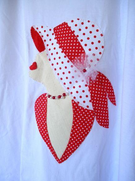 Camiseta em malha super macia, aplique feito com tecidos em algodão, tule e pedras variadas. Aceitamos encomendas em outras cores, lembrando por se tratar de produtos feitos por encomenda, o tecido pode variar de estampa e tom de cores. R$ 35,00
