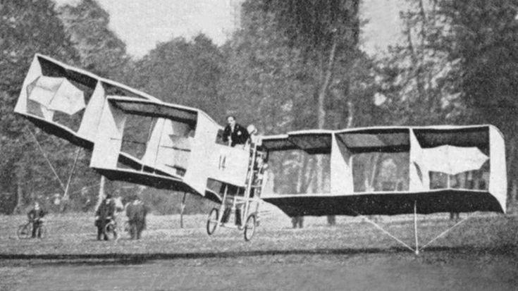 Os Irmãos Wright efetuavam experimentoscom planadores desde 1899, os quais deram origem ao Flyer.  Antes deles, entre 1891 e 1896, Otto Lilienthal fez mais de 2.000 saltos com seus planadore…