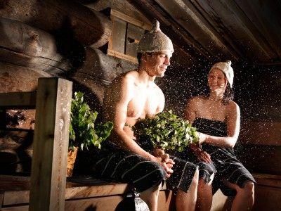2. Die finnische Sauna ist in erster Linie ein Ort der körperlichen und seelischen Reinigung. Viele Leute meinen, man sollte sich in der Sauna verhalten wie in einer Kirche – was aber nicht heißt, dass Sie sich nicht entspannen können. Lehnen Sie sich einfach zurück, schalten Sie ab und genießen Sie.