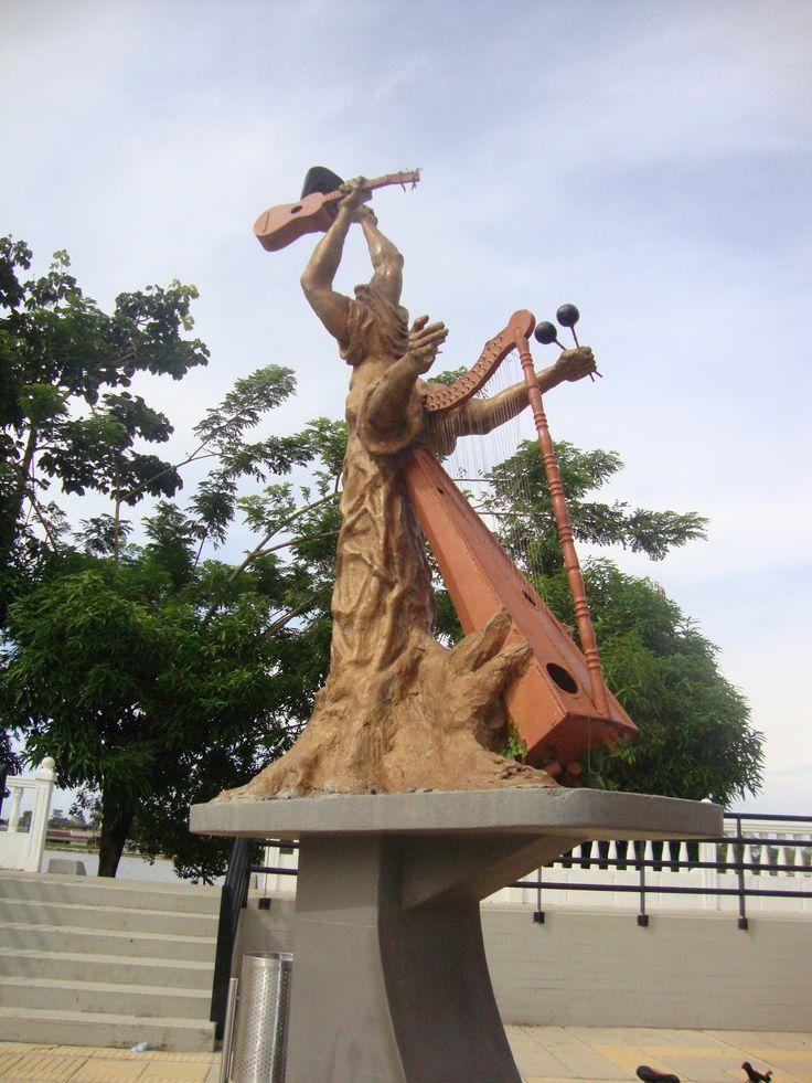 Este monumento fue creado por el escultor Victor Medina Salamanca, en él quiso asemejar un artista atreves de un árbol con los principales elementos del  Folklor venezolano