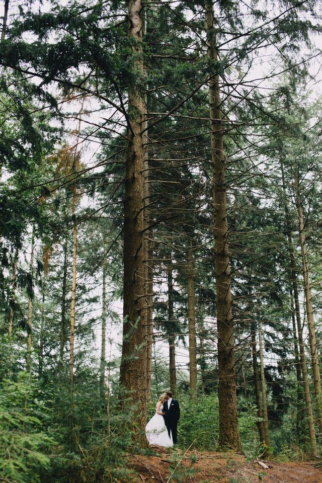 Trouwen in het bos? Maak er gebruik van! #bruidspaar #bos #bomen #bruiloft #trouwen #huwelijk #trouwdag #inspiratie #real #wedding #inspiration Trouwen op de Kleine Melm in Soest | ThePerfectWedding.nl | Fotografie: In Beeld Met Floor