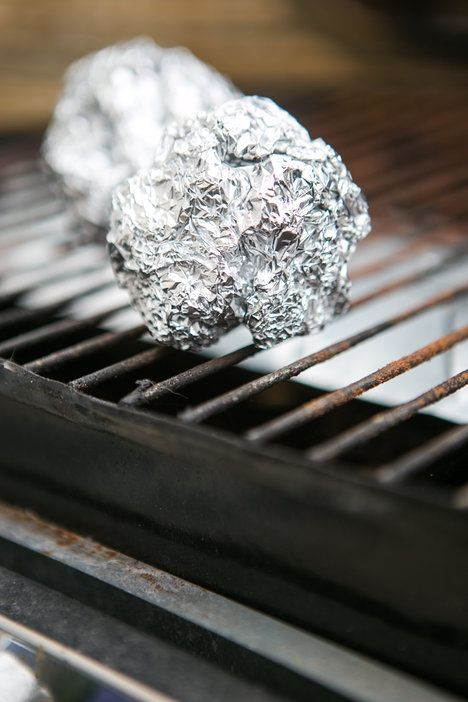 Mastné a připečené zbytky na roštu grilu stačí vydrhnout kusem zmačkaného alobalu – budou pryč, aniž byste se nadřeli nebo museli používat chemii; archiv redakce
