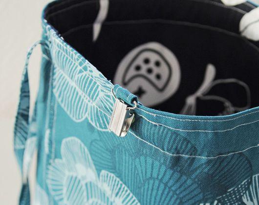 Sy en väska till stickprojekten Är du sugen på att pyssla ihop en snygg och stadig väska för garn, stickor och annat som hör stickandet till? Klicka i så fall in dig på länken nedan för att läsa dig till hur du går till väga. Inspiration tagen från Moa Maria Follow Relaterade