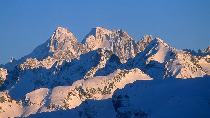 Les Aiguilles de Chamonix vues depuis Samoens (Haute-Savoie), le 11 février 2013. | PAUL PALAU / AFP