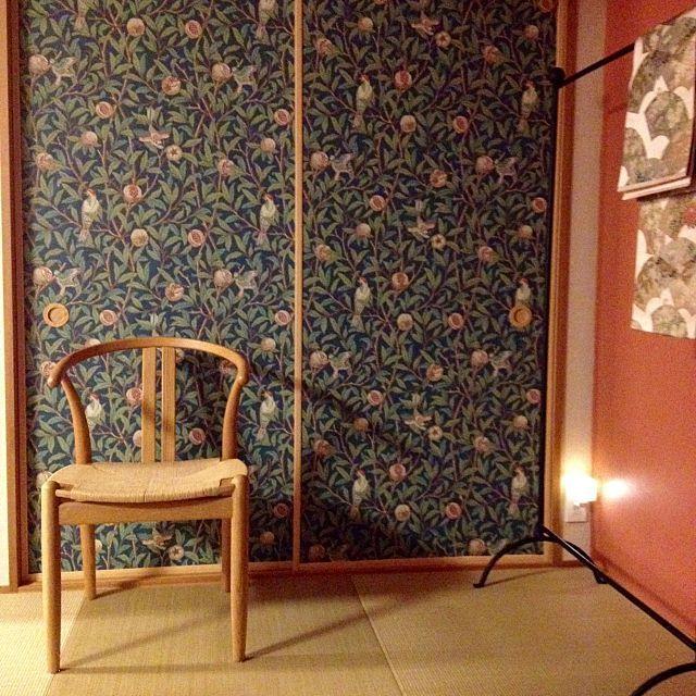 女性で、3LDKのオリエンタル/乙女倶楽部/RC石川支部/ウィリアムモリス/襖/壁紙屋本舗…などについてのインテリア実例を紹介。「和室DIY。ペンキと壁紙は壁紙屋本舗さんで購入しました。ウィリアムモリスの壁紙を両面テープでふすまに貼り、リメイク。」(この写真は 2015-06-07 22:45:22 に共有されました)