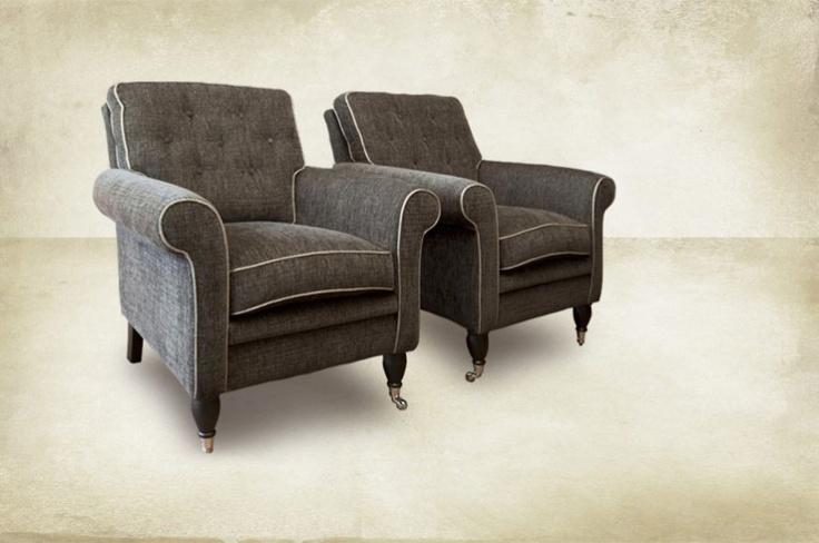 Comfortabele fauteuils op wieltjes. Wonen landelijke stijl.
