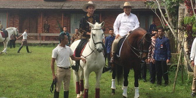 Pujian Prabowo ke Jokowi: Beri Topi Koboi Hingga Berkuda Ria
